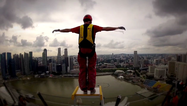 Base jump the world 39 s tallest hotel pool in singapore for Tallest hotel in singapore